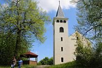 Při pohledu ze západní strany, kudy se na Křížový vrch chodí,  neschází bývalému kostelu, dnes rozhledně, nic.