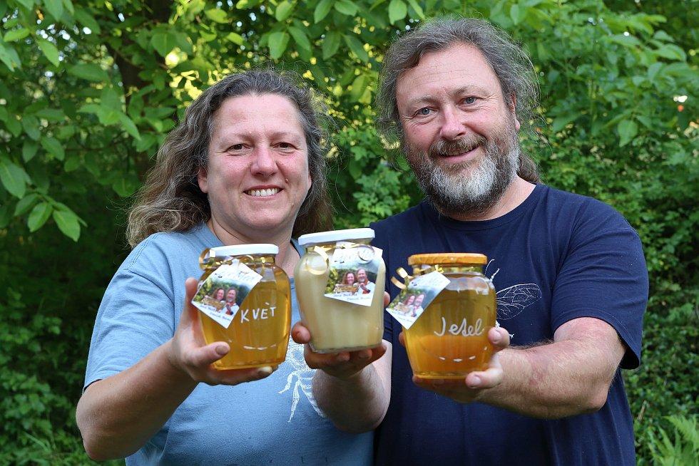 38 - Jana Berková a Daniel Beran zvaný Sojka se včelaření věnují přes pět let. Obhospodařují zhruba 100 včelstev na sedmi včelnicích na Plzeňsku.