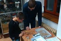 Valerij se pouští do stavby tanku Merkava s pomocí zkušeného Jana Fouda