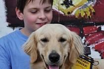 Ondra Urbánek a golden retriever Spike spolu žijí od září loňského roku, kdy Ondrovi Spika předalo Centrum výcviku psů pro postižené Helppes. Pes chlapci úspěšně pomáhá překonávat potíže způsobené autismem, ADHD a těžkou dyskoordinační poruchou