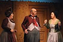 Lucie Hilscherová (Paní Kloučková), Aleš Hendrych (John Falstaff) a Jitka Svobodová (Paní Brodská) na jevišti plzeňského Velkého divadla při zkoušce nové inscenace Nicolaiovy opery Veselé paničky windsorské