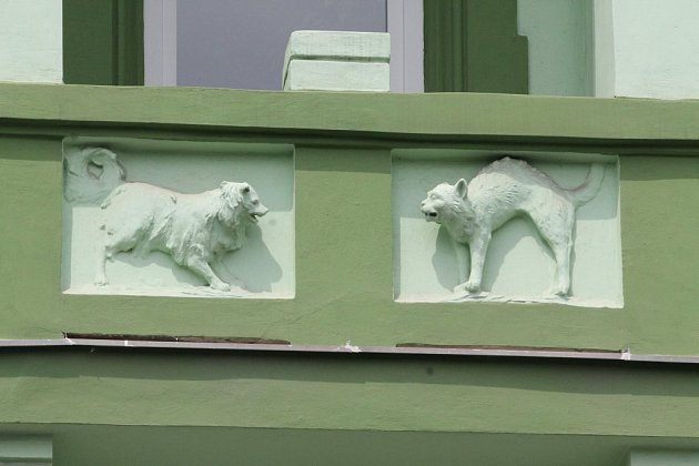 Sošky zvířátek pana domácího, pejska a kočičky vvHálkově ulici.