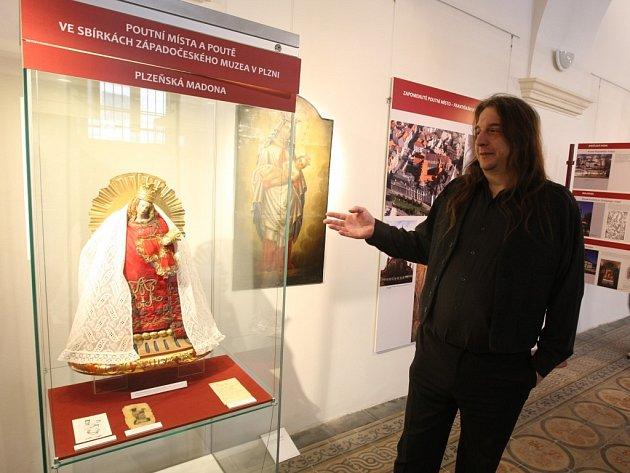 Luděk Krčmář ze Západočeského muzea je kurátorem nové výstavy, která v Muzeu církevního umění plzeňské diecéze představuje poutní místa západních Čech.   Výstava kromě fotografií a popisu míst prezentuje také předměty, které se k poutím vztahují
