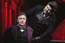 Při zkoušce nové inscenace opery Tosca v Divadle J. K. Tyla v Plzni byli zachycení zleva Plamen Prokopiev a Dalibor Tolaš