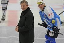 Setkání Legend.  Vladislav Treťjak (vlevo) se spolu s Martinem Strakou chystá na čestné zahájení nedělního zápasu.