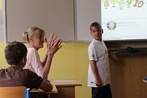 Kolik prstů vidíš? Učitelka Alena Tomcová na 1. základní škole v rámci ukázkové hodiny učí děti francouzsky čísla