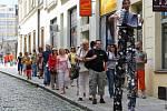Festival Na ulici zahájili umělci na chůdách