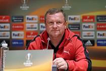 Pavel Vrba na tiskové konferenci, která byla přesunuta ze Stadionu Partizana na hotel, v němž jsou hráči ubytováni.