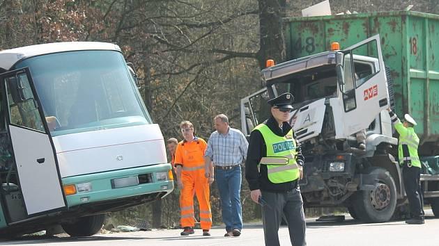 Nehoda autobusu, nákladního vozu a dodávky v hornobřízské křižovatce