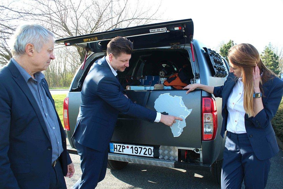 Tomáši Vaňourkovi a Lindě Piknerové, absolventce ZČU Plzeň, popřál v Plzni před jejich expedicí do Afriky a Jižní Ameriky šťastnou cestu také rektor ZČU Miroslav Holeček.