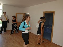 Návštěvníci si prohlíží interiér jednoho z bytů, které vznikly v Plzni na Sylvánu. Výstavba čtyř domů stála 180 milionů korun