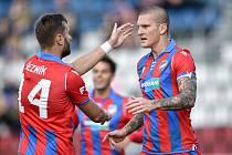 Zdeněk Ondrášek přijímá v Olomouci gratulace po vstřelení gólu.