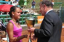 Mistryně Evropy Petra Uberalová přebírá pohár z rukou zástupce Tennis Europe Wila Hoppenbrowerse