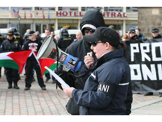 """Pochod radikálů končil na náměstí Republiky. I na náměstí se objevili odpůrci pochodu s izraelskou vlajkou a letáčky s nápisy """"Náckům ne"""""""