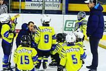 VÁCLAV POLÍVKA (na snímku uprostřed) tvoří video tréninky pro mladé hokejisty, v plánu je zařadit i cviky na ledě.