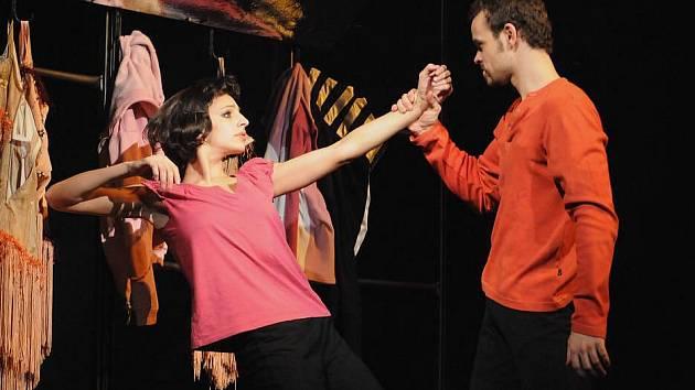 V české premiéře Cabaretu Ragtime na scéně plzeňského Komorního divadla se představila v sobotu jedenáctka tanečníků, mezi nimi Nela Mrázová a Petr Hos (na snímku)
