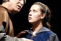 Kristýna Hlaváčková jako Julie a Pavel Pavlovský v roli bratra Lorenza v nové plzeňské inscenaci Shakespearovy tragédie Romeo a Julie. Premiéru měla v sobotu na scéně Velkého divadla