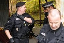 Strážníci z budovy bývalého nábytku v Plzni na Skvrňanech vykázali bezdomovce a aby se nemohli vrátit, zazdili v budově okna a uzamkli vrata do areálu