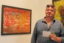 Plzeňský lékař a výtvarník Tomáš Kunc u obrazu Vodník unášený Golfským proudem