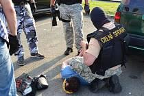 Zásahová jednotka zatýká členy gangu v Plzni.