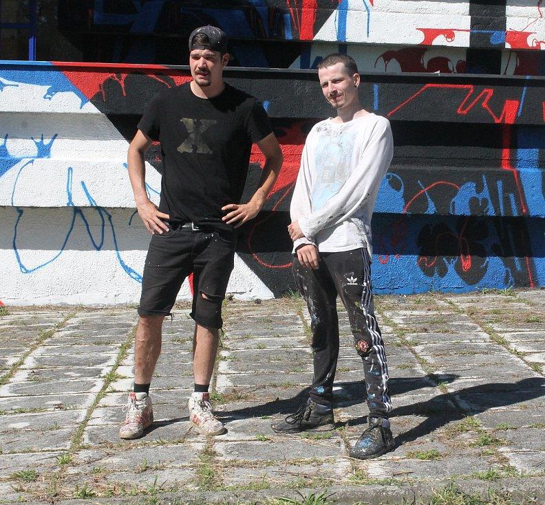 U Střední školy dopravní na Karlovarské v Plzni tvořili představitelé plzeňské graffiti scény Josef Sedlák/Akrobad (vpravo) a Tomáš Staněk/Obras.
