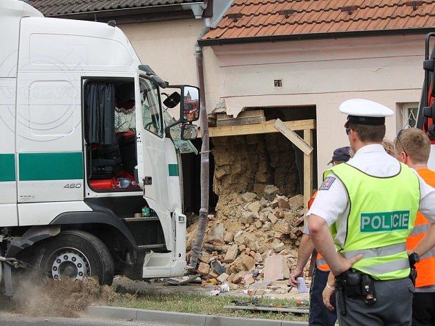 Kamion naboural v Přešticích do rodinného domu