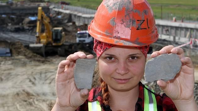 Archeologové před měsícem nalezli poblíž Kyšic  vodní nádrž, která může být stará až 8000 let. Katarina Javorčíková, která ukazuje nalezené střepy pocházející z doby bronzové
