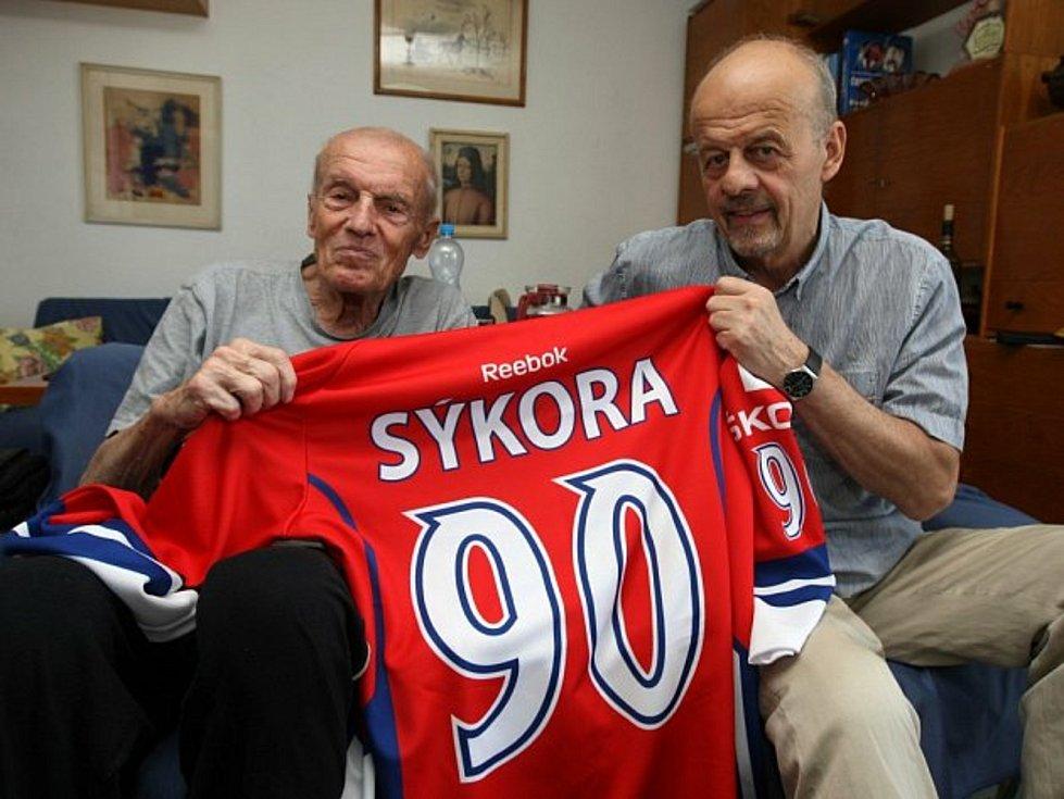 Marek Sýkora na snímku ještě s otcem Vlastimilem, rovněž úspěšným hokejovým trenérem.