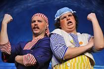 Piráti Planda a Žvanda v podání dvou nováčků Divadla Alfa – Petra Vydareného (vlevo) a Josefa Jelínka – jsou hlavními hrdiny hry Ivy Peřinové Kolíbá se velryba