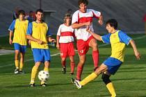 SK ZČE podlehlo Přešticím. Jeden z fotbalistů plzeňského celku (zcela vpravo) v souboji o míč s hostujícím útočníkem Martinem Švarcem (č. 12). Z  druhého vítězství  v sezoně se radovaly Přeštice, které zaslouženě zvítězily 2:0