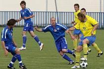 Fotbalisté Vejprnic (v tmavém) se zítra v závěrečném kole divize utkají s béčkem Viktorie Žižkov. Jelikož vejprnický trávník prochází v této době rekonstrukcí, zápas se odehraje v Sulkově