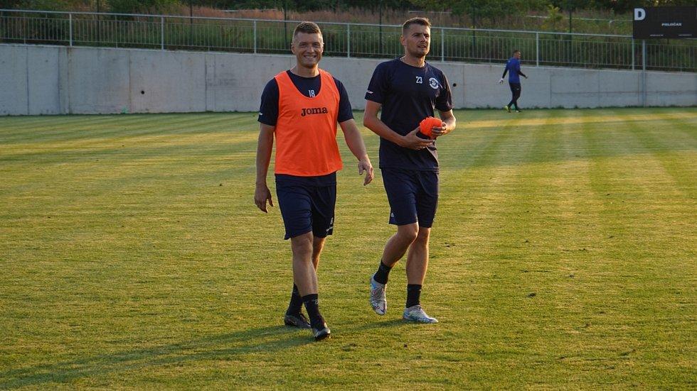 Fotbalisté Dynama Brest si v úterý vpodvečer zatrénovali v areálu 33. ZŠ v Plzni-Skvrňanech, na západ Čech dorazili autobusem.