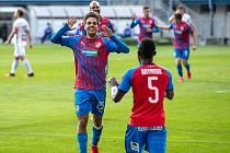 Plzeňský záložník Aleš Čermák děkuje konžskému spoluhráči Joelu Kayambovi za přihrávku na druhý gól v sobotním zápase s Mladou Boleslaví, který viktoriáni vyhráli 7:1.