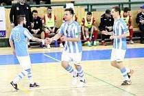 Důvod k euforii měli futsalisté Interobalu Plzeň i na Spartě. Na snímku oslavují gól v posledním domácím utkání se Zručí nad Sázavou.