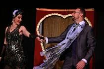 Kamila Kikinčuková s Radkem Zimou v představení plzeňského Divadla Pluto Každý má svého Leona.