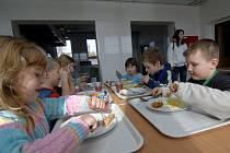 Dětem ve školní jídelně v Tlučné chutná