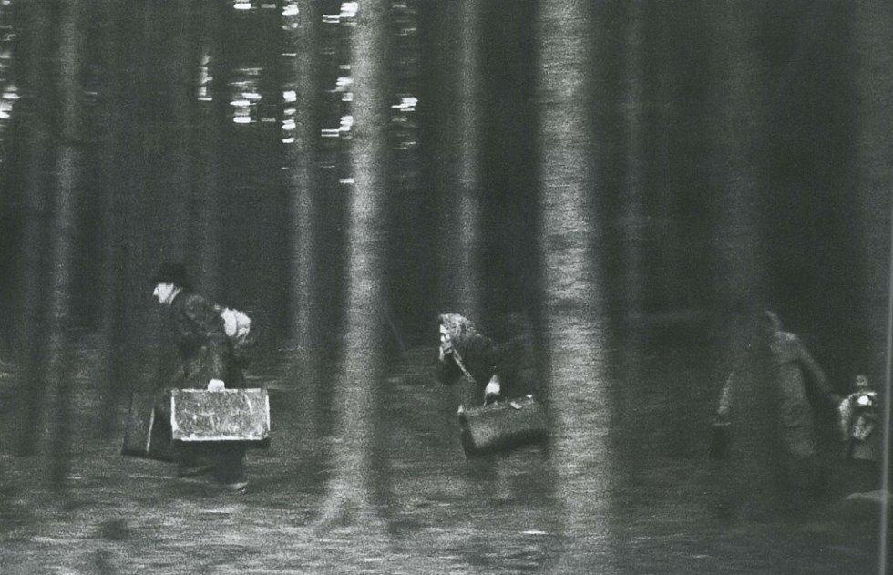 Německá rodina prchá přes zelenou hranici během divokého odsunu, který se odehrával v prvních měsících po skončení války
