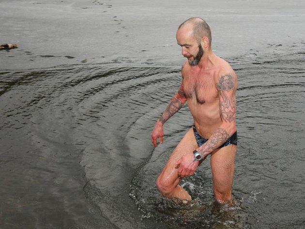 Vladimír Kožíšek a jeho kolegyně z otužileckého klubu Hana Kimlová si byli zaplavat v Boleváku