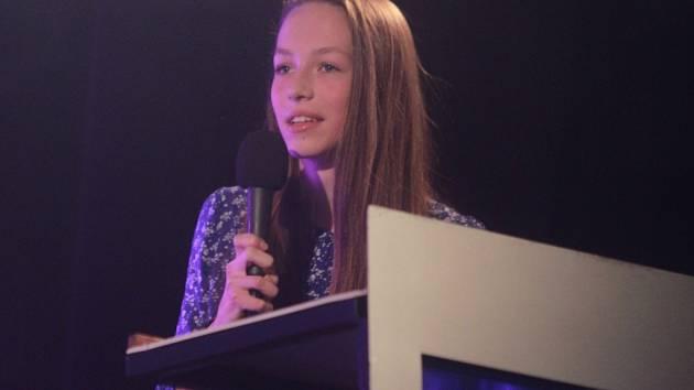 Mladá závodnice oddílu COPR Přeštice Kristýna Burlová zvládla bez nejmenších známek trémy i rozhovor s moderátorem slavnostního večera vyhlášení nejúspěšnějších sportovců okresu Plzeň-jih