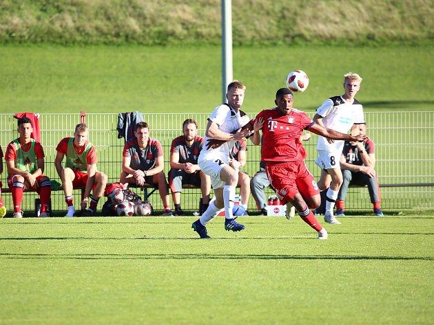 Pauzu ve svých soutěžích vyplnili mladíci Viktorie (na snímku v bílých dresech) zápasem s Bayernem Mnichov.