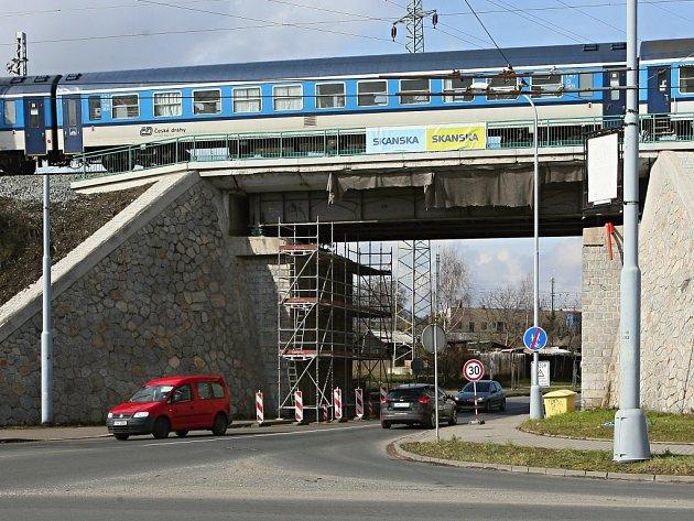 V Jateční ulici začala rekonstrukce mostu.