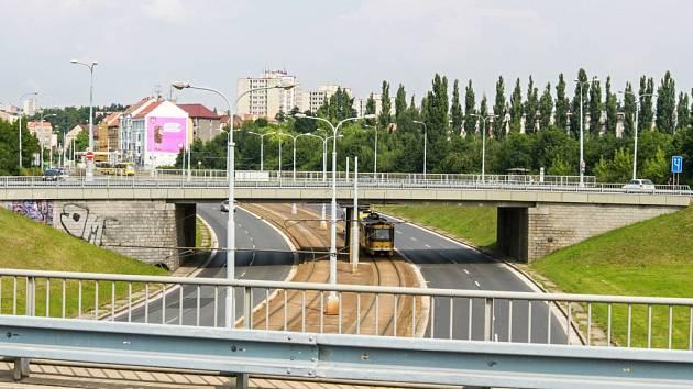 Na dvou mostech na rondelu na Karlovarské ulici v Plzni nyní provádí technici diagnostiku a zjišťují, v jak špatném technickém stavu jsou.