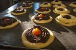 V pekárně u Marka pečou i tyto půvabné makové a tvarohové koláče.