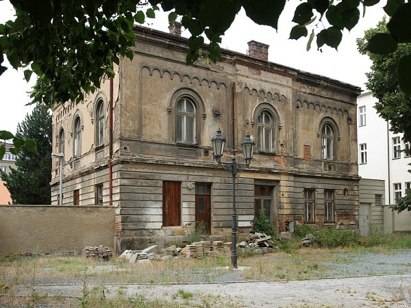 Rabínský dům vPalackého ulici poblíž Velké synagogy potřebuje kompletní rekonstrukci. Oprava by vyšla na přibližně čtyřicet milionů korun. Vbudově má vzniknout výukové středisko judaismu, výstavní prostory ibyty pro lektory