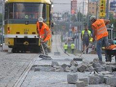 Dělníci už v těchto dnech dokončují povrch na křižovatce ulic Karlovarská a Lidická