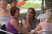 Dokud je léto, není problém dát si cigaretu na zahrádce. Na podzim ale možná některé restaurace přijdou se změnami