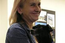 Marie Ziková na vernisáži své plzeňské výstavy s psím kamarádem Hugem