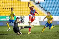 NÁVRAT. Při ligovém utkání v Teplicích se objevil poprvé od operace kolena Jan Kopic v základní sestavě Viktorie.