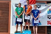 Bronz. Plavec plzeňské Slávie Tomáš Chocholatý (vpravo) získal senzační třetí místo v kategorii mužů.