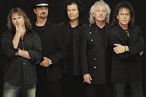 Kapela Smokie  hraje v současné sestavě od roku 1996. Zleva Mick McConell, Steve Pinell, Martin Bullard, Terry Uttley a Mike Craft.